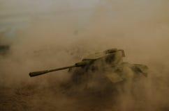 移动雾的沙漠的坦克 战争场面装饰 战士 库存照片