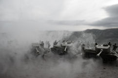 移动雾的沙漠的坦克 战争场面装饰 战士 免版税库存图片