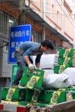 移动青岛啤酒厂的搬运工 免版税库存图片