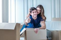 移动,修理,公寓的新的钥匙 夫妇女孩和 免版税库存照片