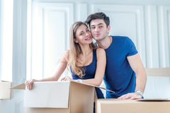 移动,修理,新的公寓 拿着在h的一对爱恋的夫妇箱子 库存照片