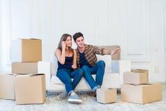 移动,修理,新的生活 在爱的夫妇享用一栋新的公寓 免版税库存照片
