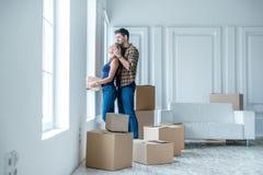 移动,修理,新的生活 在爱的夫妇享用一栋新的公寓 免版税库存图片