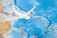 移动,旅游业和所有事关系了系列-飞行在世界地图 免版税图库摄影