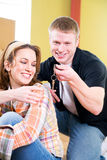 移动:人采取在钥匙链的钥匙从妇女 库存照片