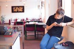 移动付款 妇女使用机动性支付物品 免版税库存照片