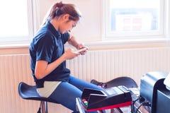 移动付款 妇女使用机动性支付物品 图库摄影