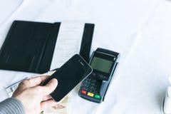 移动付款 时刻为使用所有流动对付款anykind  李 免版税库存图片