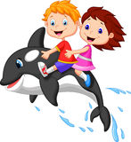动画片男孩和女孩骑马海怪 免版税库存图片