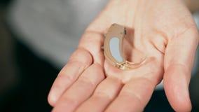 助听器在女性棕榈在 股票录像
