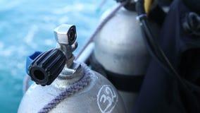 助理解开潜水的氧气瓶从小船 股票视频