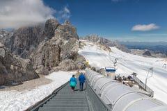 努力去做下来在台阶的人们Dachstein冰川表面  免版税库存图片