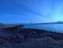 努力去做入蓝色海的长的码头在黎明 库存图片