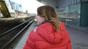 努力去做在驻地平台的年轻女人等待她的火车 股票视频