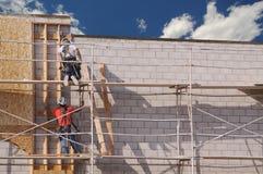 努力地工作的木匠 免版税库存图片
