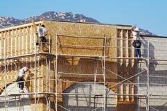 努力地工作的木匠 免版税库存照片