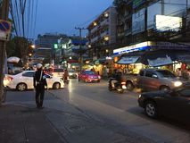 努力工作为在信号交通的协助的交通警在街道上 免版税库存图片