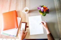 努力工作和计算在书桌的年轻活跃人 免版税库存照片