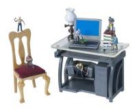 努力工作在有工具和技术的办公室 库存照片