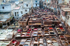 努力工作在皮革厂souk的人在菲斯,摩洛哥 库存图片