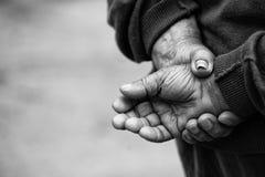 努力工作老人的农夫的手 免版税库存照片