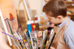 努力男孩有艺术课在学校 库存图片