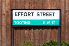 努力街道的吹的伦敦路标 库存图片
