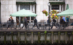 努力去做在工作的办公室工作者 清早小时在金丝雀码头,伦敦 库存照片