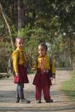 努力去做在私立学校的两个尼泊尔女孩 库存图片