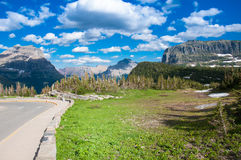 努力去做太阳路在冰川国家公园 免版税图库摄影