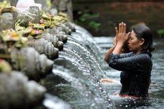 礼节沐浴在Puru Tirtha Empul,巴厘岛 免版税图库摄影