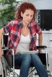 努力年轻的残疾妇女在房子里移动 库存照片