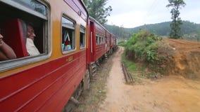 努沃勒埃利耶,斯里兰卡- 2014年3月:努沃勒埃利耶乡下的看法从移动的火车的 斯里兰卡的铁路运输 股票视频