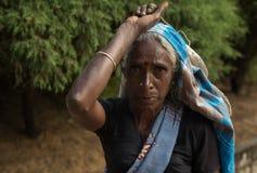 努沃勒埃利耶,斯里兰卡- 1月14 :茶捡取器妇女路的画象女性在茶工厂附近 免版税库存图片