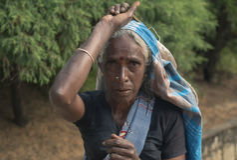 努沃勒埃利耶,斯里兰卡- 1月14 :茶捡取器妇女路的画象女性在茶工厂附近 图库摄影