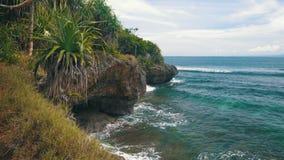 努沙与岩石、明亮的植被和天蓝色海洋的Dua海岸线风景  股票录像