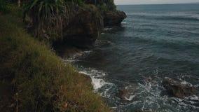 努沙与岩石的Dua海岸线,明亮的植被,天蓝色的海洋风景  股票录像