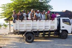努沙PENIDA-BALI,印度尼西亚- 2016年7月02日:人们用卡车, 7月02日 2016年在努沙Penida巴厘岛,印度尼西亚 免版税库存图片