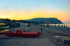 努马纳海滩在夜Monte Conero里维埃拉马尔什意大利之前 免版税库存图片