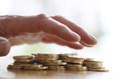 劫掠或提供援助为堆的贪婪的手金黄硬币 税、欺骗和贪婪的关闭-概念 图库摄影