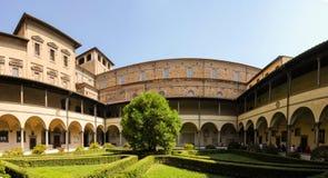 劳伦图书馆庭院在佛罗伦萨 库存图片
