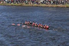 劳伦斯维尔乘员组在头赛跑查尔斯赛船会人` s青年时期八 免版税库存图片