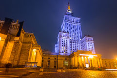 劳动人民文化宫和科学在晚上在华沙 免版税图库摄影