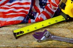 劳动节是一个联邦假日美国美国 修理设备和许多得心应手的工具 与拷贝空间的顶视图为使用a 库存照片