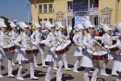 劳动节行军的年轻鼓手 庆祝天5月一日,春天和工作 在的劳动节游行 免版税库存照片
