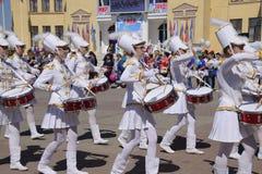 劳动节行军的年轻鼓手 庆祝天5月一日,春天和工作 在的劳动节游行 库存图片