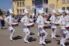 劳动节行军的年轻鼓手 庆祝天5月一日,春天和工作 在的劳动节游行 免版税库存图片
