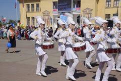 劳动节行军的年轻鼓手 庆祝天5月一日,春天和工作 在的劳动节游行 库存照片