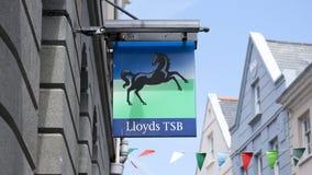 劳埃德TSB银行的老标志在繁华街道的银行分裂前在圣皮埃尔口岸圣皮特圣徒・彼得口岸镇,主要 库存图片