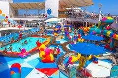 劳德代尔堡,美国- 2018年4月30日, :有儿童` s游泳池的上甲板在巡航划线员或船绿洲  免版税图库摄影